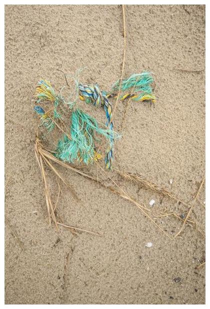 foto's, strandafval, afval op het strand uit zee