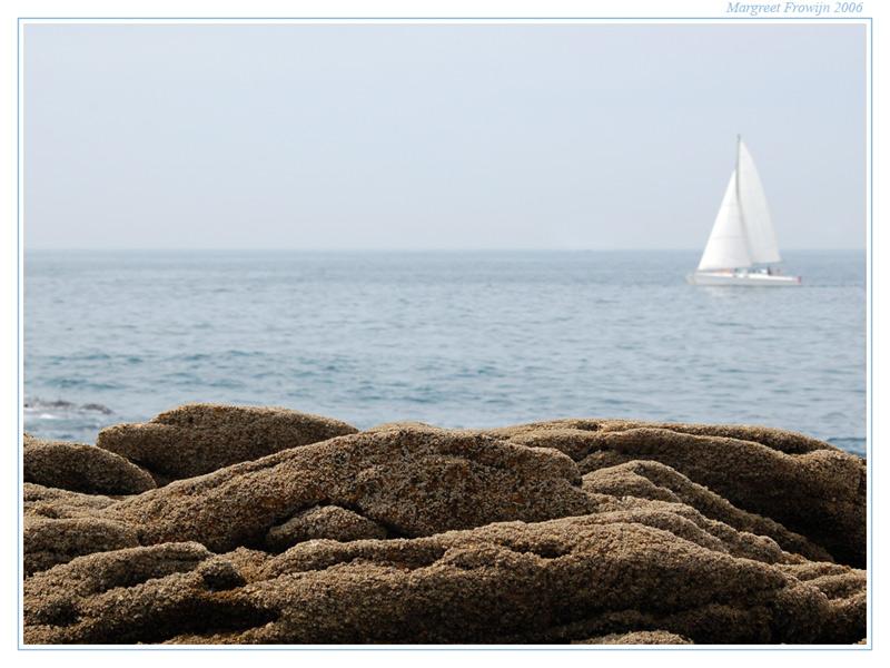 zee met bootje en rotsen in bretagne, frankrijk,  zeewallpaper, frankrijk, france, franse, free wallpaper, wallpapers, gratis achtergrond, achtergronden